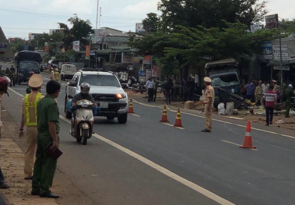 Cảnh sát giao thông Công an Đắk Nông cùng các lực lượng chức năng đã có mặt tại hiện trường, khẩn trương đưa người đi cấp cứu và điều tiết giao thông, bảo vệ hiện trường khu vực xảy ra tai nạn.