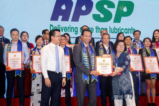 Ông Nguyễn Bảo Trung (hàng đầu bên trái) – Tổng Giám Đốc AP Saigon Petro nhận danh hiệu Hàng Việt Nam chất lượng cao 2020