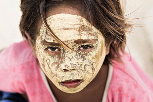 Người Bajau sống phân tán nhiều nơi của Đông Nam Á, tập trung ở phía nam Philippines, Indonesia và Malaysia. Ngôi làng Omadal này có khoảng 70 gia đình sống trên túp lều nối với nhau bằng những cây cầu. Người dân nơi đây dùng bột nghệ Borak bôi lên mặt để chống nắng.
