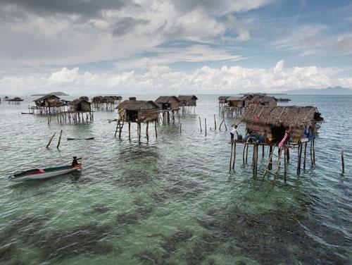 Tộc người tách biệt với nền văn minh hiện đại, trong những túp lều dựng sơ sài dựng gần vùng có san hô. Tùy thời điểm thủy triều lên xuống, mực nước dưới chân nhà của họ có độ cao tới vài mét.
