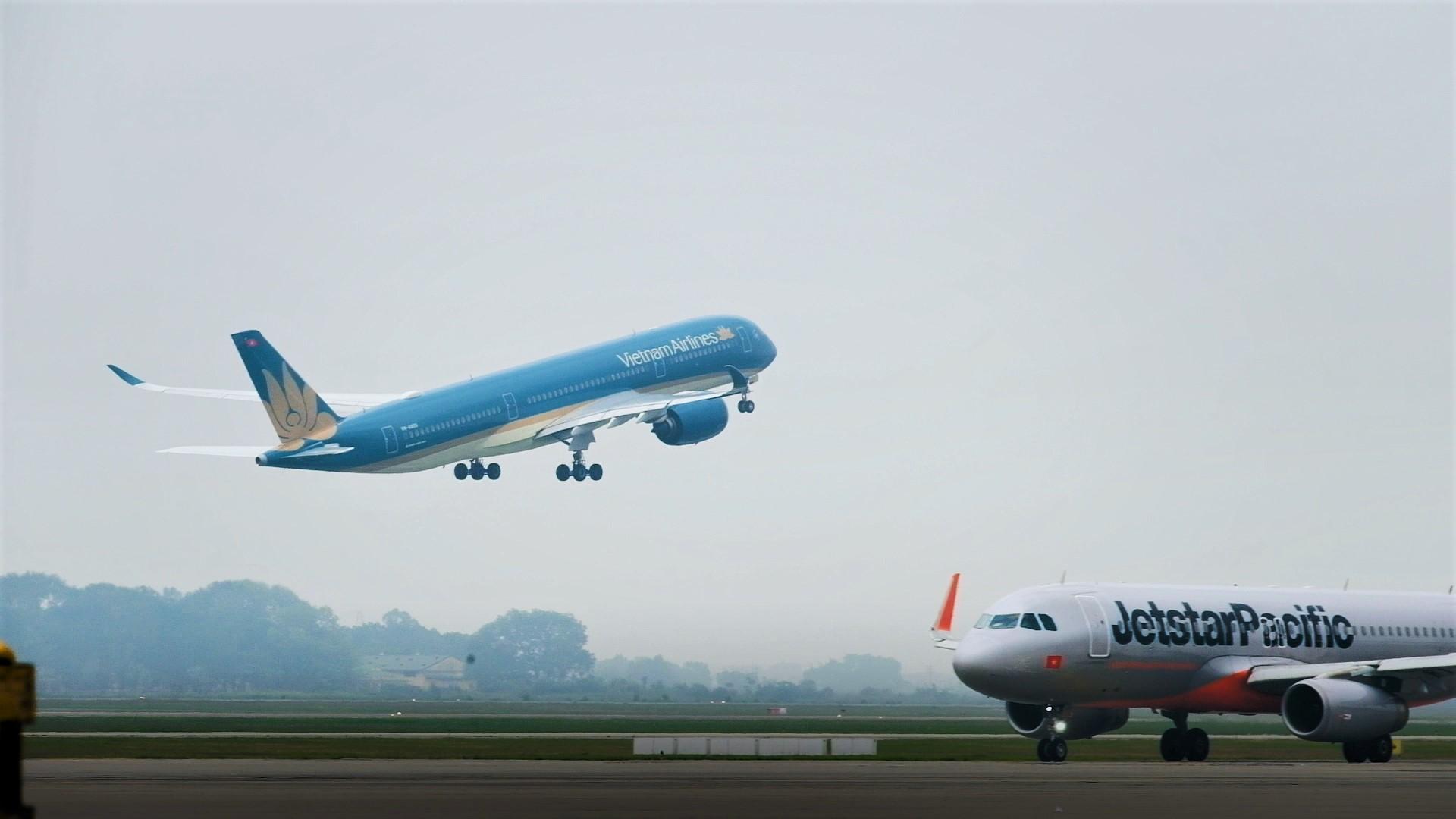 Hàng loạt các chuyến bay đi/đến sân bay Tân Sơn Nhất bị ảnh hưởng.