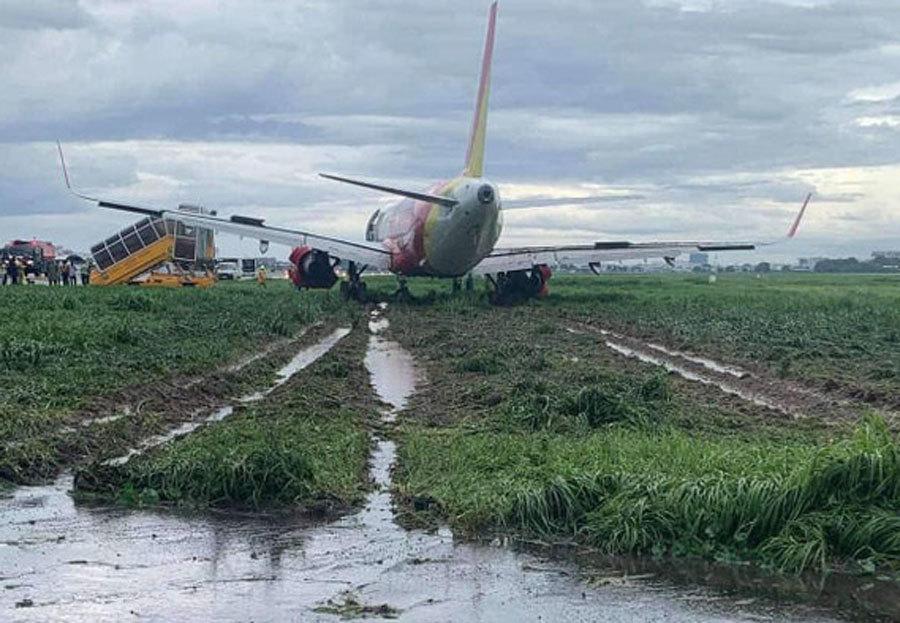 Máy bay Vietjet bị trượt khỏi đường băng Tân Sơn Nhất.