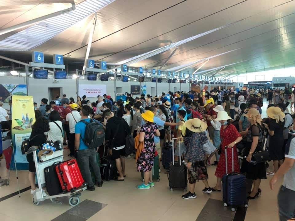 Hàng trăm chuyến bay bị ảnh hưởng, hành khách mắc kẹt ở nhà chờ sân bay.