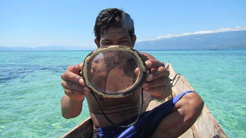 Vì bơi lặn tự do từ rất lâu nên lá lách của người Bajau cũng lớn hơn người bình thường. Mỗi ngày, những người làm công việc săn bắt dành hơn 5 giờ dưới nước, bắt được 1-8 kg cá và bạch tuộc. Đặc biệt, họ chỉ đeo kính, mặt nạ bằng gỗ và thắt lưng trọng lượng tự chế.