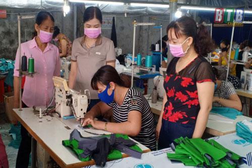 Xưởng may của chị Phạm Thanh Xuân (xã Đông Xuân) giải quyết việc làm cho nhiều lao động địa phương.