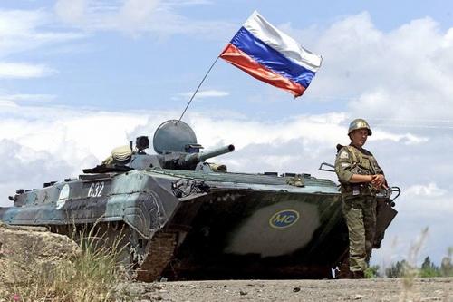Binh sĩ Nga là những người lính nước ngoài đầu tiên tiến vào sân bay Slatina tại Kosovo. Ảnh: Lenta.ru.