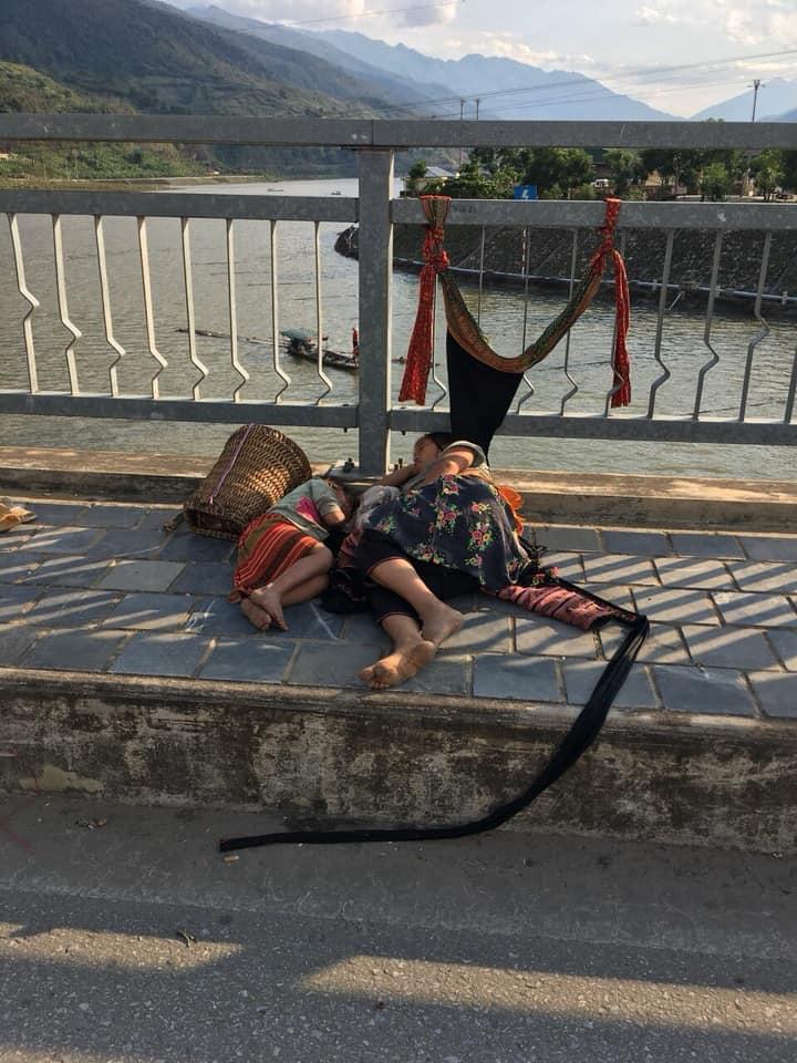 Sùng Thị Sông những ngày dắt con đi lang thang ăn xin, ngủ trên cầu Nậm Cản, thị xã Mường Lay (ảnh do một người dân ở Mường Lay cung cấp).