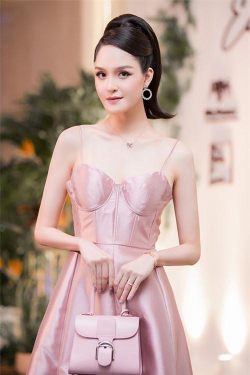 Nàng á hậu phối váy hồng điệu đà với chiếc túiDelvaux cùng tông có giá khoảng 120 triệu đồng và giày Christian Dior giá 30 triệu đồng.