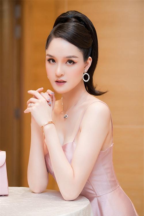 Điểm nhấn của set đồ là chiếc vòng tay kim cương hiệu Catier có giá khoảng 500 triệu đồng.