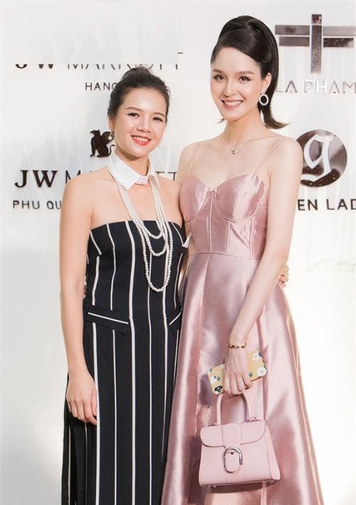Á hậu Hoàng Anh hội ngộ nhà thiết kế La Phạm tại sự kiện.