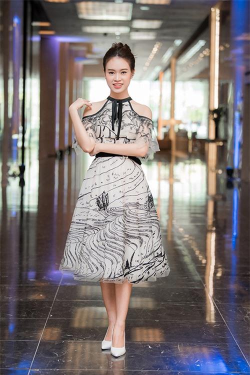 Cô chọn đầm in họa tiết của nhà thiết kế Lê Thanh Hòa kết hợp kiểu trang điểm trong suốt.