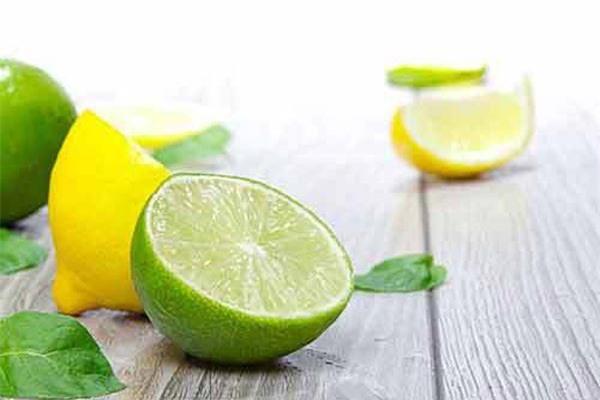 Bạn có thể dùng chanh để làm sạch cách vết bẩn và loại bỏ mùi bám trên cốc thủy tinh.