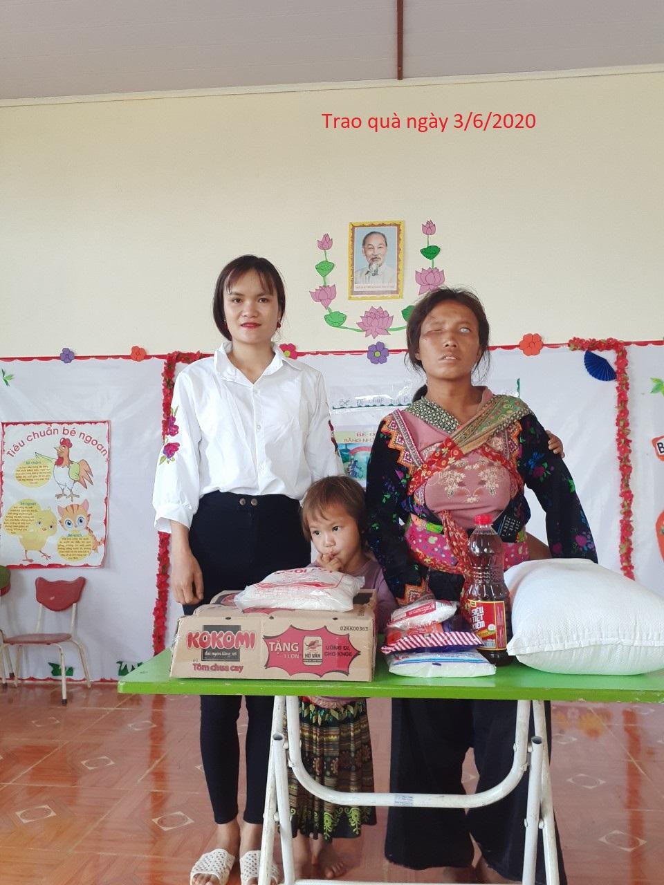 Mỗi tháng 2 lần, những phần quà nhu yếu phẩm được cô giáo Quàng Thị Thủy chuyển tới tận tay mẹ con nhà Sùng Thị Sông ở bản Trung Ghênh, Sá Tổng, Mường Chà.
