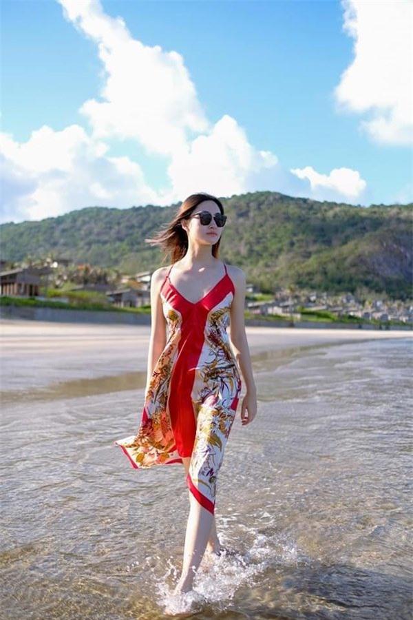 Người đẹp nhá nhẹ với những hình ảnh diện váy lụa dài khoét ngực sâu hút khoe thềm ngực vô cùng đầy đặn.