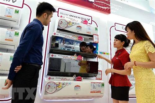 Khách tham khảo các loại máy làm mát tại siêu thị điện máy. (Ảnh: Đỗ Phương Anh/TTXVN)
