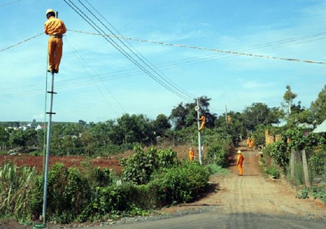 """Chương trình """"Thắp sáng đường quê"""" là hoạt động thiết thực của Ngành Điện lực nhằm giúp người dân ở vùng sâu, xa, vùng khó khăn, nâng cao chất lượng đời sống."""
