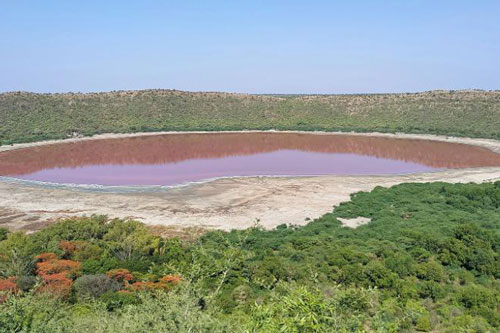 Nước hồ Lonar bỗng chuyển màu đỏ au.