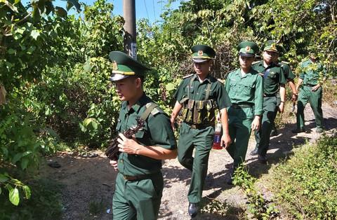 Gần 1.000 cán bộ chiến sĩ các lực lượng Công an, Quân đội, Bộ đội biên phòng cùng các đội chó nghiệp vụ truy bắt nhiều ngày nhưng không có kết quả.