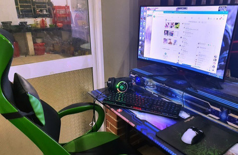 Chiếc ghế và máy tính nơi Triệu Quân Sự sử dụng lúc bị bắt.