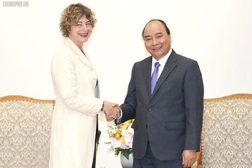 Thủ tướng trân trọng chúc mừng bà Elsbeth Akkerman đảm nhận nhiệm vụ Đại sứ Hà Lan tại Việt Nam. Ảnh: VGP/Quang Hiếu.