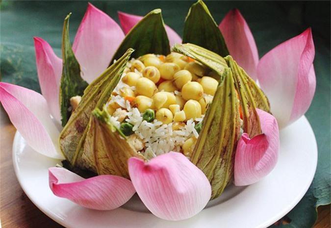 Món cơm sen được bày trí heo dáng một bông hoa sen bung nở, thơm ngát hương từ lá se. Nguồn: baomoi.com