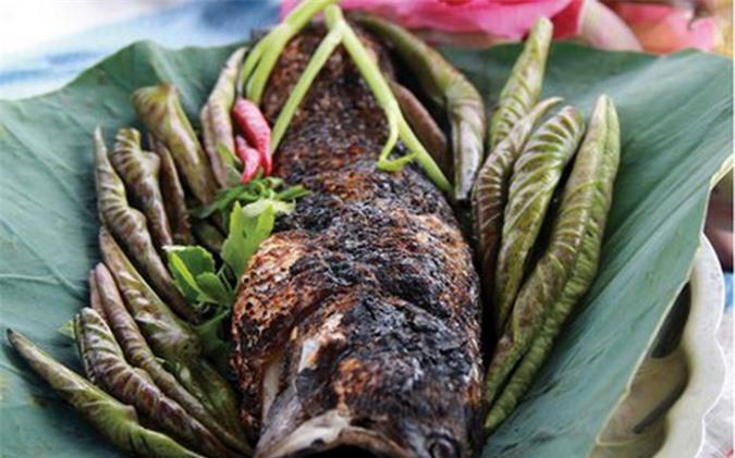 Thịt cá trắng nõn, thơm nức kèm với chút bún và các loại rau sống cuốn cùng với lá sen non, chấm với nước mắm me sền sệt.. Nguồn:dulichdaiviet.com