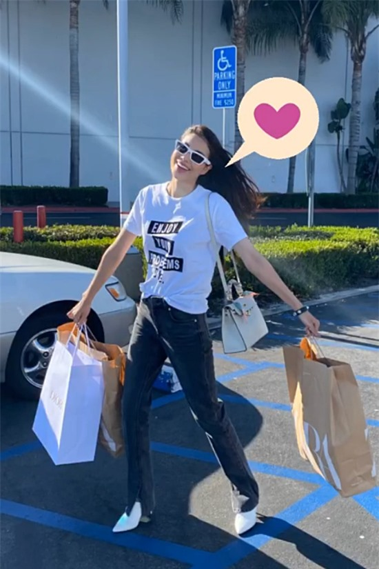 Phạm Hương đi mua sắm khi có thời gian rảnh.