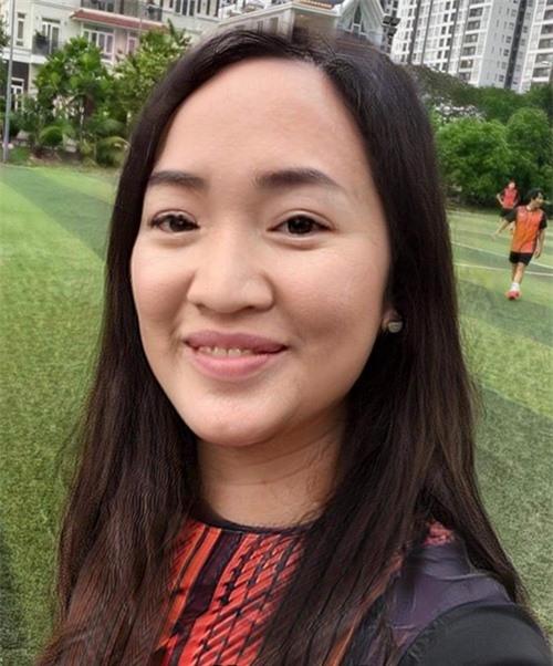 Tiến Luật cũng trông na ná bà xã Thu Trang khi có tóc dài. Anh bị người hâm mộ phát hiện dù giả gái vẫn để lộ trán hói.