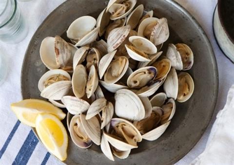 Rửa ngao với muối và ớt
