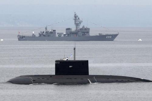 Khu trục hạm Nhật Bản và một tàu ngầm Kilo của Nga. Ảnh: RIA Novosti.