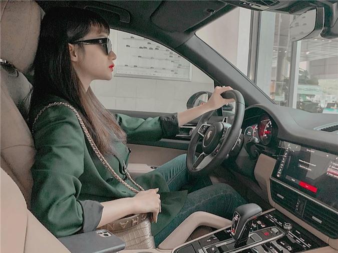 Trước đó, Hương Giang sở hữu ba chiếc xe khác thuộc nhiều thương hiệu nổi tiếng khác nhau. Dù có tài xế, cô vẫn yêu thích tự lái xe đi làm khi phù hợp.