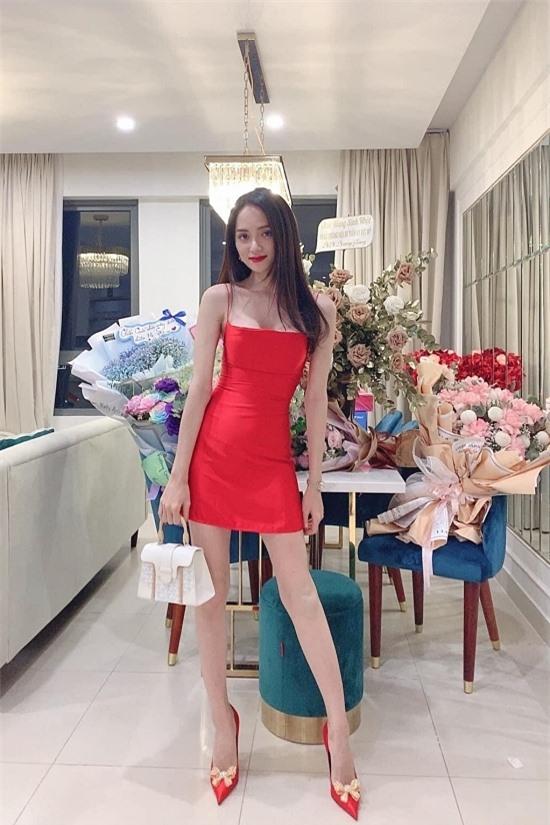 Hương Giang hiện sinh sống trong một căn hộ chung cư cao cấp ở TP HCM. Căn nhà có tông màu trắng chủ đạo, nội thất trang nhã đúng với phong cách của chủ nhân.
