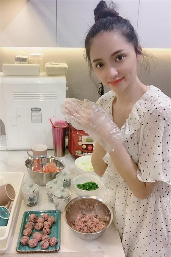 Hương Giang trang bị nhiều thiết bị cho gian bếp. Vì thế, cô thường tự tay nấu ăn, đảm bảo chất lượng.