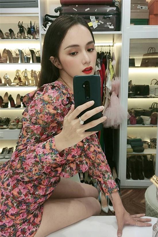 Nổi tiếng hàng đầu showbiz với hàng loạt hợp đồng quảng cáo, Hương Giang kiếm được nhiều tiền, đủ giúp cô thoả niềm đam mê với thời trang cao cấp. Giống nhiều người đẹp khác, cô dành một căn phòng làm nơi chứa bộ sưu tập quần áo, phụ kiện đắt đỏ.