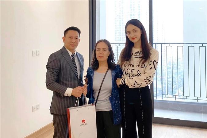 Hoa hậu Chuyển giới cũng là người con có hiếu. Dịp Tết 2020, cô mua tặng bố mẹ một căn hộ mới,giúp ông bà có tổ ấm mới khang trang hơn.