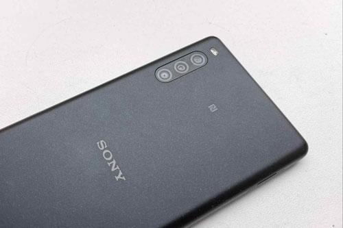 Sony Xperia L4 có 3 camera sau. Cảm biến chính 13 MP, khẩu độ f/2.0 cho khả năng lấy nét theo pha. Ống kính góc rộng 5 MP, f/2.2 và cảm biến chiều sâu 2 MP, f/2.4.