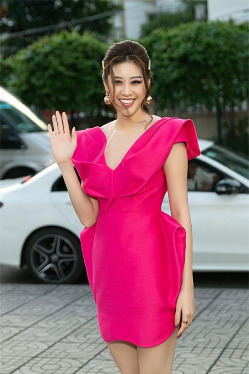 Khánh Vân chọn phong cách ngọt ngào với đầm cocktail màu nổi kết hợp tóc buộc thấp.