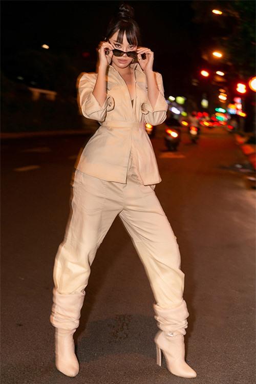 Trái với vẻ ngọt ngào của Khánh Vân, Kim Duyên tạo vẻ cá tính bằng boots cổ ngắn kết hợp với quần dài và vest đồng điệu. Chăm chỉ luyện tập