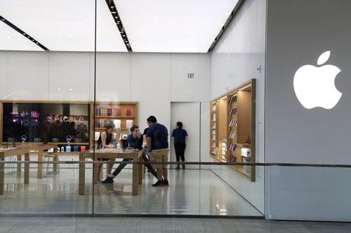 Nhân viên làm việc tại một cửa hàng Apple Store đóng cửa trong đợt bùng phát dịch COVID-19 tại Miami (Ảnh: AP)
