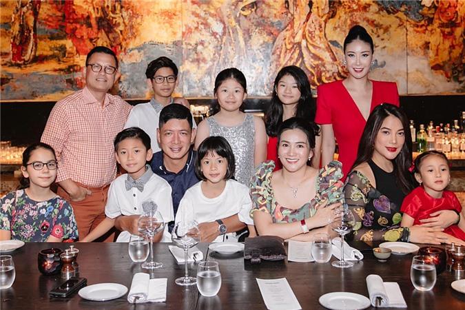 Bé An Như (thứ 3 từ trái qua) là con gái thứ hai của vợ chồng Bình Minh. Buổi tiệc được tổ chức ở một nhà hàng sang trọng.