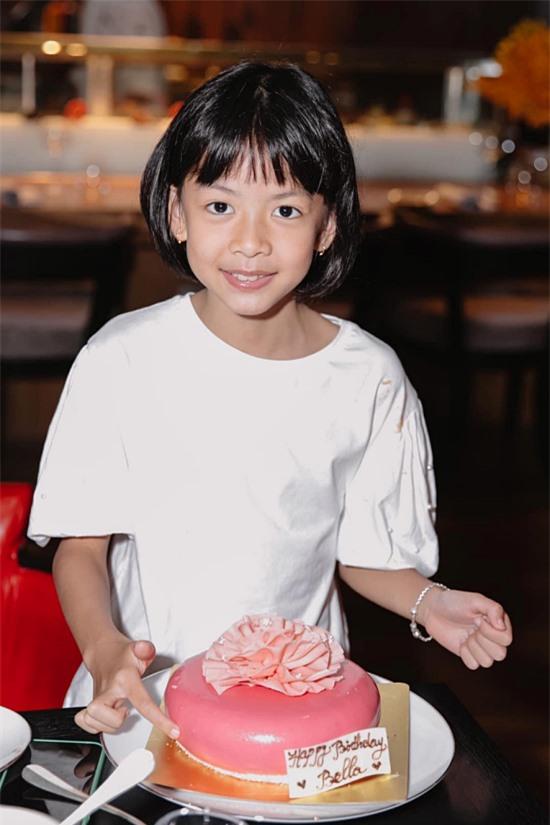 An Như có tên thân mật là Bella, mới 8 tuổi đã có chiều cao vượt trội nhờ mê bơi lội ở trường. Nhóc tỳ còn có ngoại hình giống bố nên được nhận xét có tiềm năng trở thành một người mẫu chuyên nghiệp trong tương lai,
