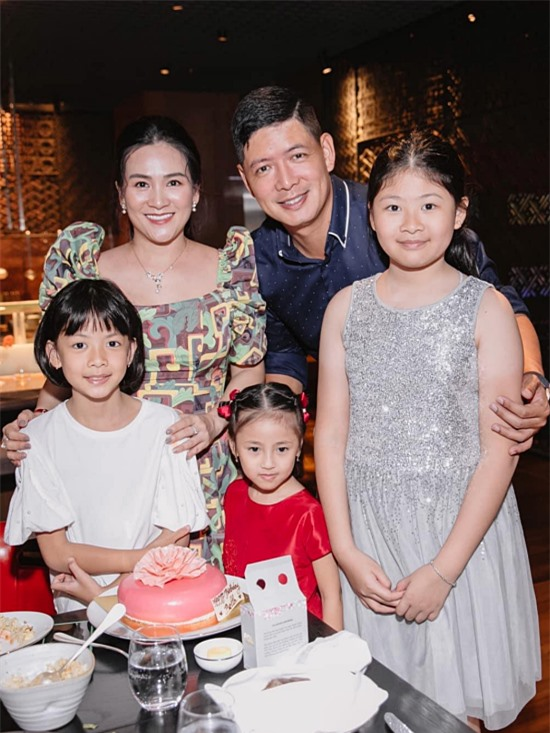 Vợ chồng Bình Minh hạnh phúc khi hai con gái An Nhiên (phải) và An Như luôn ngoan ngoãn, học giỏi. Chính hai bé cũng là chìa khóa giúp đôi vợ chồng cố gắng vun vén tổ ẩm suốt nhiều năm qua.