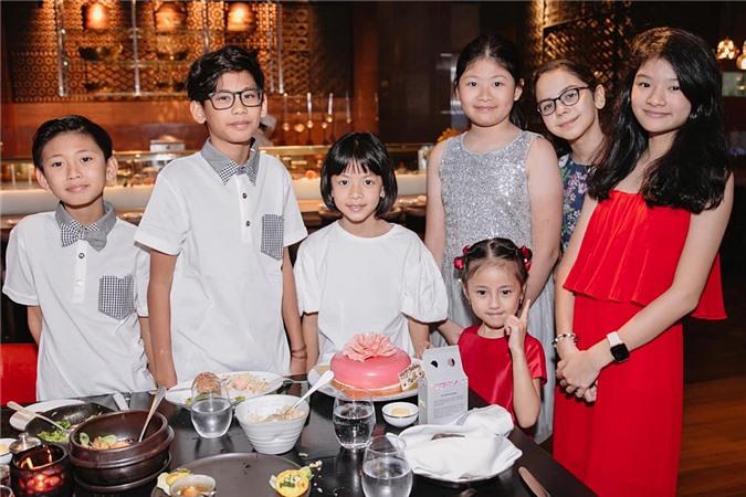 Vì cùng độ tuổi, các bé chơi thân với nhau. Trong đó, Vương Khôi - Vương Khang (trái) - Vivian (váy đỏ) là các con của Hà Kiều Anh, còn Bảo Tiên (phải) là ái nữ nhà Trương Ngọc Ánh.