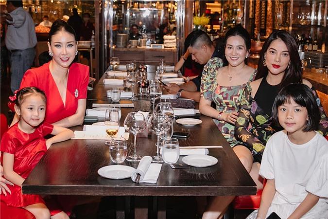 Các thành viên thưởng thức buổi tối ấm cúng bên nhau.
