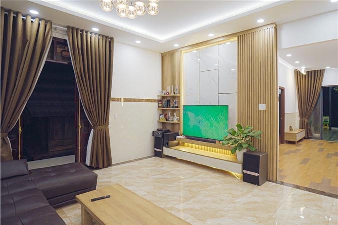 Bố mẹ của HHen Niê có hai căn nhà, một căn nhà sàn và một căn nhà cấp bốn. HHen Niê kể căn cấp bốn là tất cả công sức, tiền bạc với