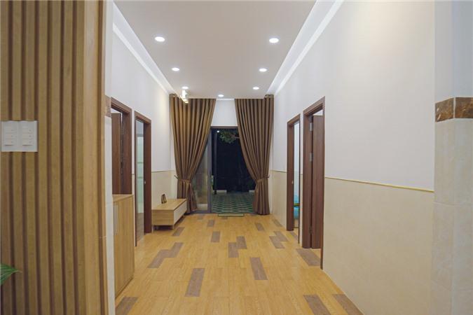 Ngôi nhà có nhiều phòng khác nhau, được thiết kế đối xứng.