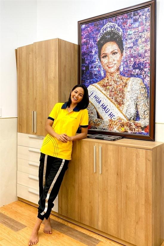 Ở hành lang, top 5 Miss Universe 2018 đặt một bức chân dung lớn, được ghép từ những hình ảnh suốt hai năm nhiệm kỳ.