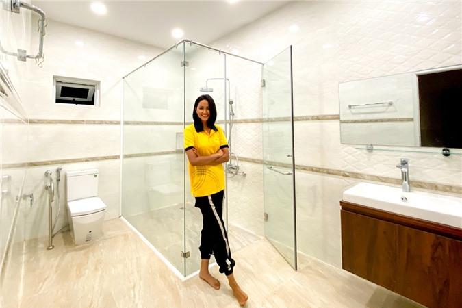 Nhà vệ sinh được HHen xây dựng kỹ lưỡng, phù hợp cho bố mẹ sử dụng, từ chất liệu gạch ít trơn đến tay cầm vịn an toàn.