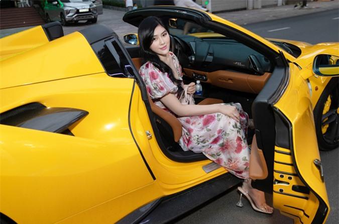 Huỳnh Tiên ngồi siêu xe trị giá hơn 10 tỷ đồng đi sự kiện hôm 20/6.