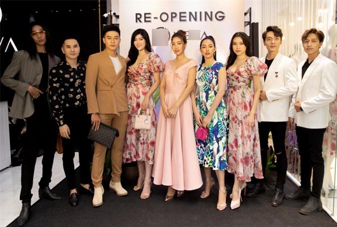 Hai thành viên của nhóm nhạc The Wings (vest trắng), diễn viên Mai Thanh Hà (váy xanh), người mẫu Mid Nguyễn (đeo kính), diễn viên Huy Anh (thứ hai từ trái qua) cũng dự sự kiện này.